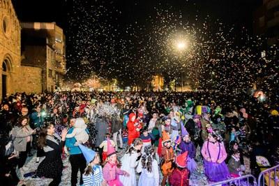 La guerra de confeti va tancar la rua de comparses (foto: Ajuntament de Rubí – Localpres).