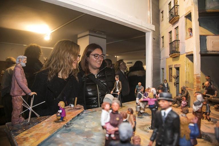 Les regidores admirant un dels diorames exposats (foto: Ajuntament de Rubí - Lali Puig)