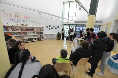 Durant l'acte inaugural, els i les  joves han explicat al públic el procés de creació de l'espai (foto: Ajuntament de Rubí - Localpres).