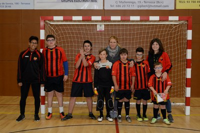 L'alcaldessa, amb els jugadors i l'entrenadora del Club Escola de Futbol Can Mir (foto: Localpres).