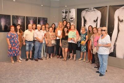 Un moment de la visita amb l'alcaldessa i les artistes al centre (foto: Ajuntament de Rubí – Localpres).