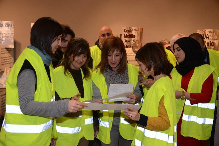 Durant la inauguració, els assistents han participat en una dinàmica per endinsar-se a la mostra (foto: Localpres)