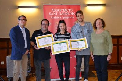 El regidor i la presidenta de l'Associació Sant Galderic, amb els establiments reconeguts.