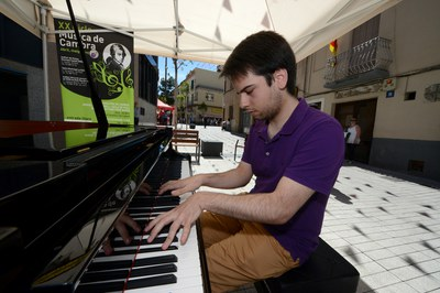 Un dels rubinencs que han tocat el piano de cua del carrer Pere Esmendia (foto: Localpres).