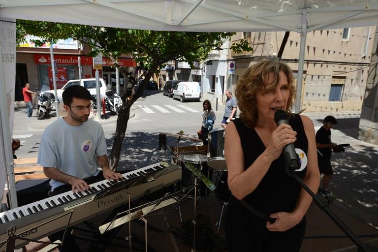 Diverses persones han optat per cantar a l'escenari de la plaça de Catalunya (foto: Localpres)