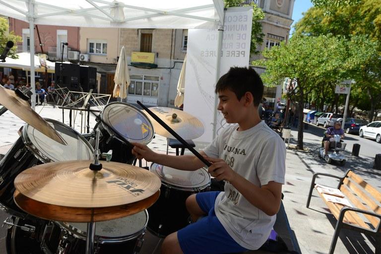 Un nen toca la bateria a la plaça de Catalunya (foto: Localpres)