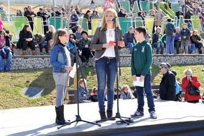L'alcaldessa i dos dels membres del Consell dels Infants, durant el discurs d'inauguració del parc (foto: Localpres).