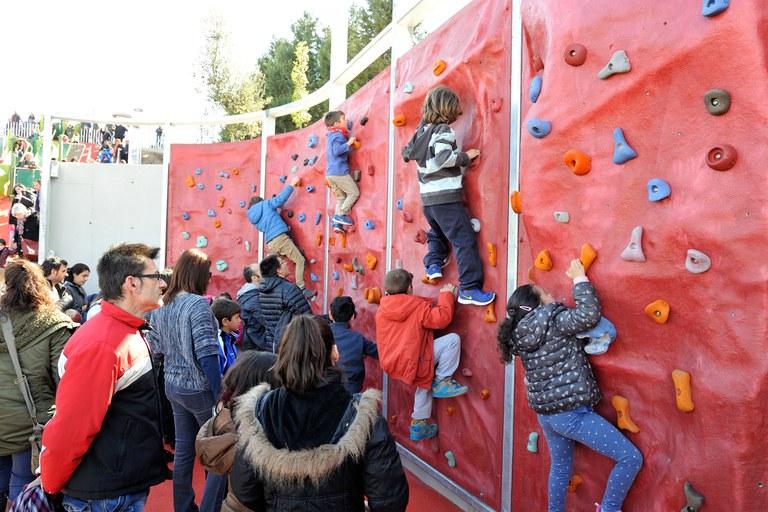 Els nens i nenes han pogut gaudir del rocòdrom durant la inauguració (foto: Localpres)