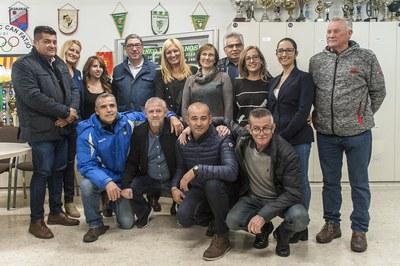 L'alcaldessa, acompanyada dels presidents dels tres clubs rubinencs, l'entrenador de veterans de l'Olímpic i les presidentes d'Oncolliga i Rubí Tea, entre d'altres (foto: Cesar Font).