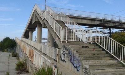 Una de les actuacions consistirà en reparar l'escala del pont de la Renfe.
