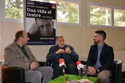 Enric Majó, acompanyat del regidor de Cultura, Moisés Rodríguez i del director de l'obra, Moisès Maicas.