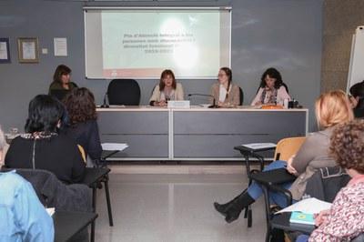 Marta García presentant el document (foto: Ajuntament de Rubí - Lali Álvarez).