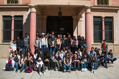 Els nois i noies de Clichy i la regidora Marta García a les portes del consistori (foto: Localpres).