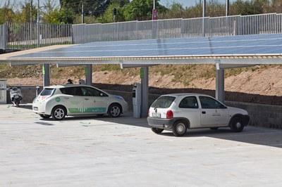 La  fotolinera de Can Serra permet carregar vehicles elèctrics de forma gratuïta i, alhora, proporciona energia fotovoltaica per a l'autoconsum d'aquest equipament (foto: Localpres).
