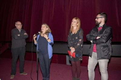 Isona Passola, acompanyada de l'alcaldessa, el regidor de Cultura i el director de La Sala (foto: Localpres).