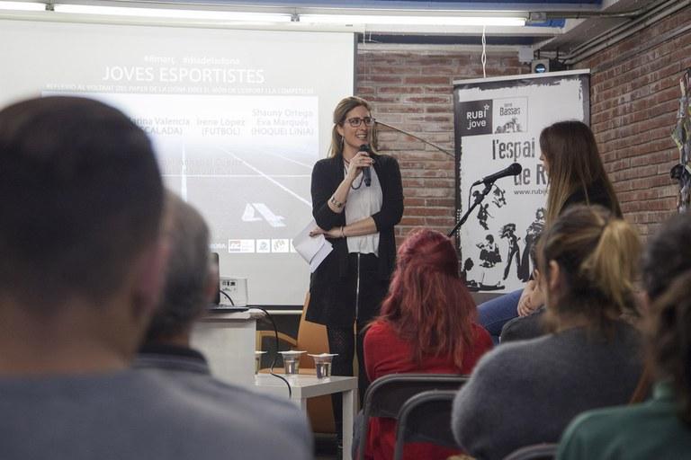 La regidora de Polítiques d'Igualtat, Maria Mas, durant la presentació de la xerrada (foto: Localpres)