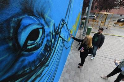 L'alcaldessa també ha pogut contribuir al mural (foto: Localpres).