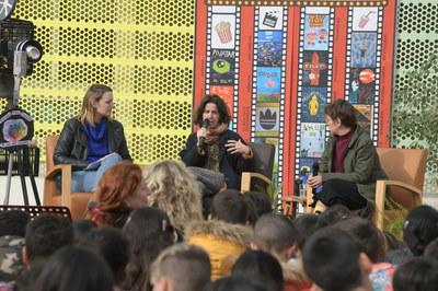 Coll i Bonnín, responent les preguntes de l'alumnat de l'Escola Pau Casals al pati del centre educatiu (foto: Ajuntament de Rubí – Localpres).