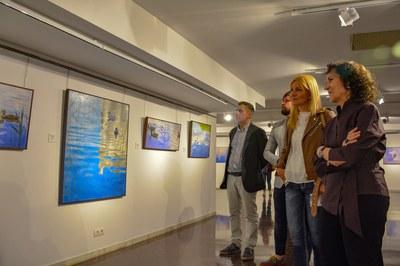 L'alcaldessa i el regidor de Cultura han recorregut l'exposició amb l'artista (foto: Ajuntament de Rubí – Localpres).