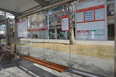 A la parada Estació-Rubí+D ja s'han col·locat els llistons de fusta provisionals.