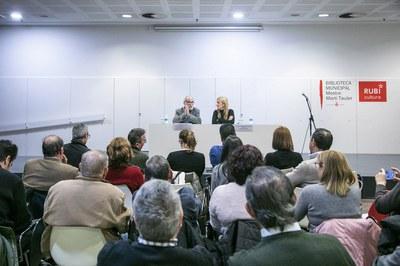 L'alcaldessa i el ponent, durant la conferència (foto: Ajuntament – Lali Puig).