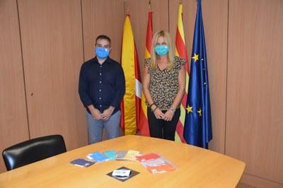 L'alcaldessa ha rebut les mascaretes de l'empresa Robin Hat (foto: Ajuntament de Rubí).