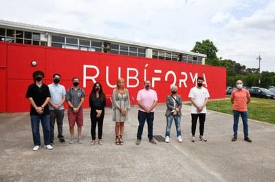 L'alcaldessa, el regidor d'Educació i Ocupabilitat i la regidora de serveis Informàtics amb els alumnes de L'Estatut   (foto: Ajuntament de Rubí – Localpres).