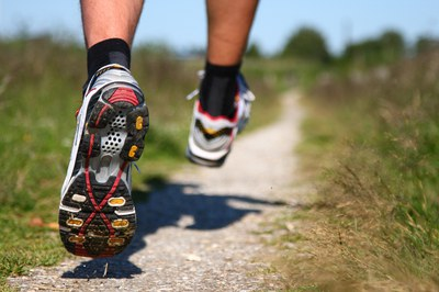 Caminar, sortir a córrer o anar en bicicleta són algunes de les activitats que es poden fer per fer exercici.