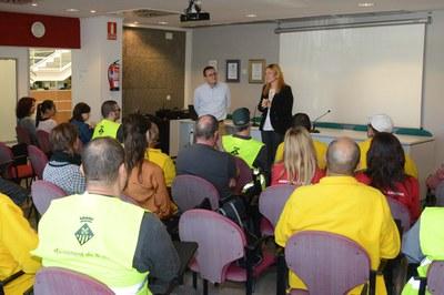 L'alcaldessa i el regidor de Desenvolupament Econòmic Local donant la benvinguda als beneficiaris de l'última edició dels plans d'ocupació (foto: Localpres).
