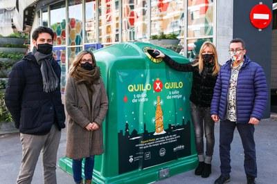 L'alcaldessa, els regidors i el representant d'Ecovidrio, davant d'un dels contenidors de la campanya (foto: Ajuntament de Rubí – Lali Puig).