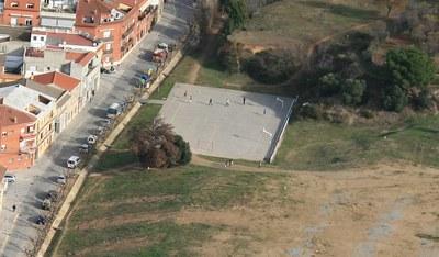 La pista del carrer Mallorca disposarà d'una tanca que permetrà millorar la pràctica esportiva en aquest espai.