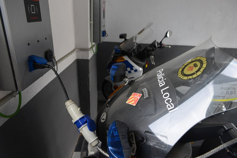 Els punts de recàrrega donaran servei únicament als vehicles elèctrics de què disposa actualment l'Ajuntament (foto: Localpres)