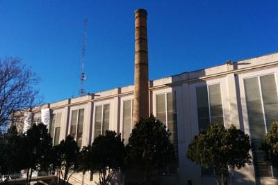 Actualment, del complex industrial de les Naus de l'Escardívol es conserven la xemeneia i dos edificis (foto: Ajuntament).