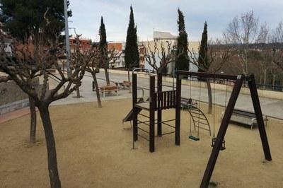 Un dels objectius d'aquesta actuació és resoldre la saturació del nivell intermig de la plaça, on hi ha els jocs infantils i les pistes de petanca.
