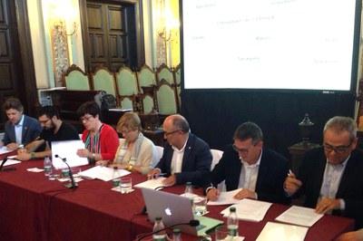 El moment de la signatura a La Paeria de Lleida.
