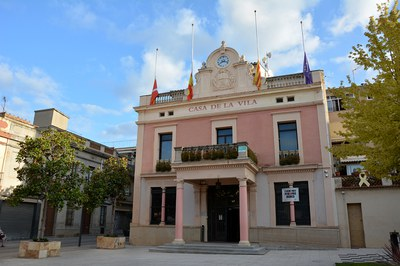 Les banderes de l'Ajuntament onegen a mig pal (foto: Ajuntament de Rubí).