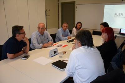 Representants de l'Ajuntament del Prat de Llobregat han visitat la Masia de Can Serra per conèixer l'experiència de la FUER.