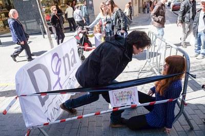 Una de les petites representacions teatrals que Escena 13 va dur a terme el passat 28 de març al passeig de Francesc Macià (foto: Localpres).
