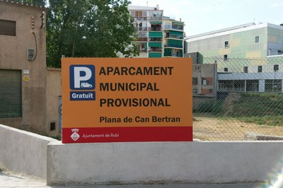 Al nou aparcament municipal provisional s'hi accedeix pel c. Plana de Can Bertran.