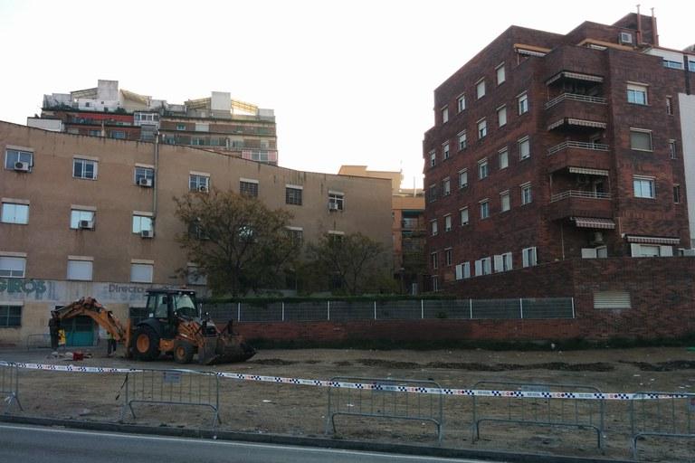 L'Ajuntament ha iniciat les obres per millorar el paviment d'aquest solar, on hi poden estacionar una cinquantena de vehicles