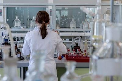 La prova es realitza a casa i s'ha de retornar a la farmàcia, que l'envia al laboratori per a ser analitzada.