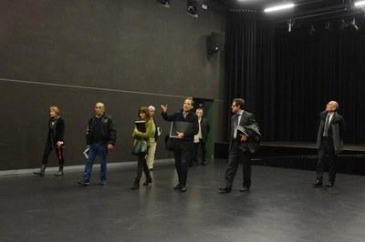 Després de la comissió de seguiment, els assistents han visitat l'equipament sociocultural (foto: Localpres)