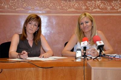 La regidora de Serveis Socials, Marta Garcia, i l'alcaldessa, Ana María Martínez.