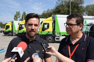 El regidor de Medi Ambient, Moisés Rodríguez, i el cap del servei de Gestió de Residus, Eduard Pallarès, presentant els nous camions (foto: Localpres).
