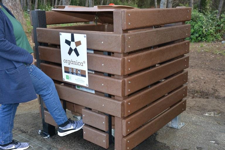 La tanca compta amb una obertura perquè la ciutadania pugui accionar el pedal i obrir la tapa del contenidor