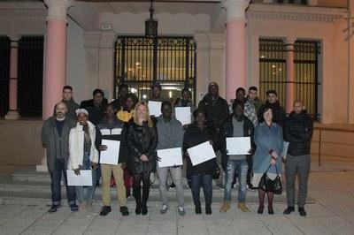 Ana María Martínez Martínez, Pau Navarro Cano i Montserrat Solé Aubia, amb les persones que han rebut el Certificat d'Acollida (foto: Ajuntament de Rubí – Localpres).