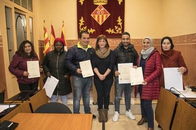 La tinenta d'alcaldia Marta García amb les primeres persones que han obtingut el Certificat d'Acollida (foto: Ajuntament de Rubí – Lali Puig) .