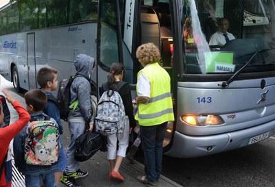 Alumnes de l'Escola Joan Maragall fent ús del transport escolar (foto: Localpres).
