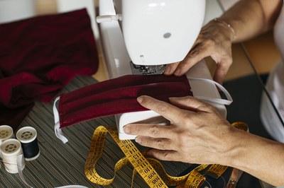 La nova programació inclou vídeos tutorials per aprendre a confeccionar mascaretes reutilitzables (foto: Ajuntament de Rubí).