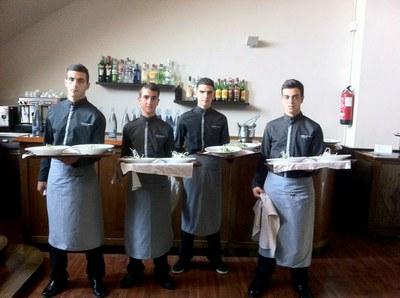 Alumnes de Joves per l'Ocupació, treballant de cambrers en un restaurant de Viladecavalls.